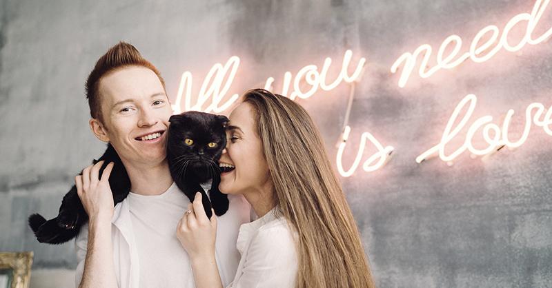 Familia dando amor a su gato